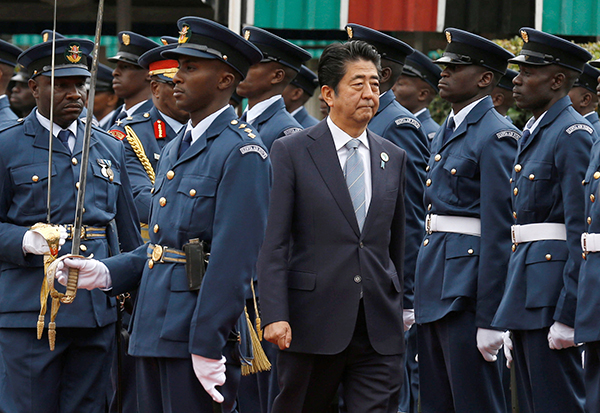 Japan's Prime Minister Shinzo Abe (C) inspects a guard of honor mounted by members of the Kenya Air Force ahead of the Sixth Tokyo International Conference on African Development (TICAD VI) at State House in Kenya's capital Nairobi, August 26, 2016. REUTERS/Thomas Mukoya